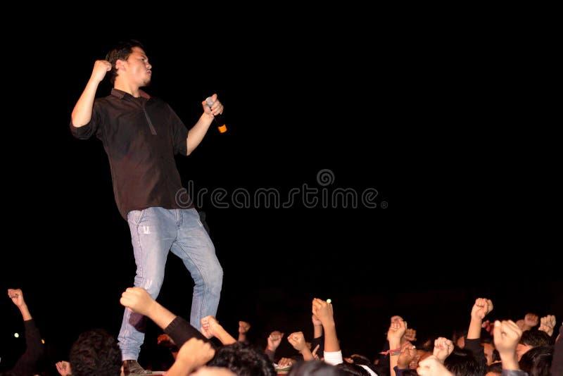 Τραγουδιστής στη σκηνή, πλήθος, χέρια στοκ φωτογραφίες με δικαίωμα ελεύθερης χρήσης