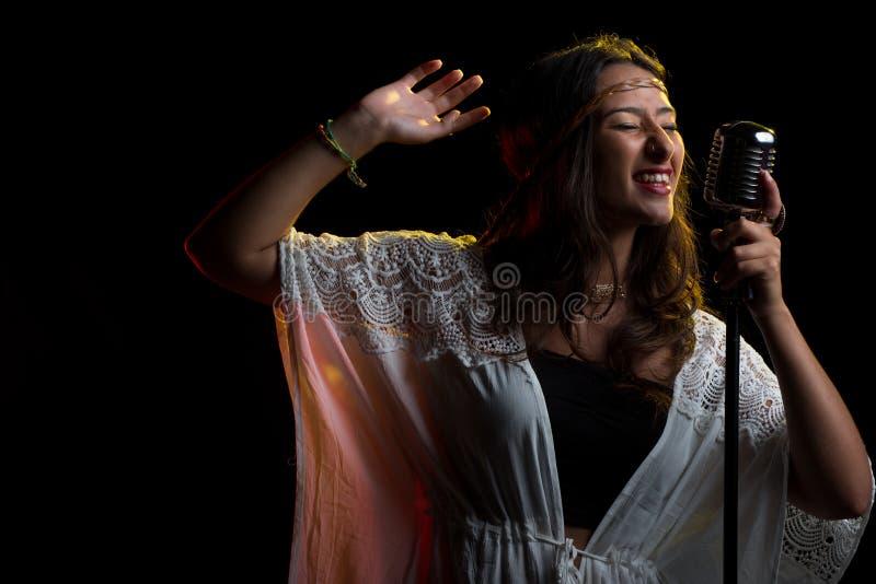 Τραγουδιστής χίπηδων συγκρατημένος στοκ εικόνες με δικαίωμα ελεύθερης χρήσης