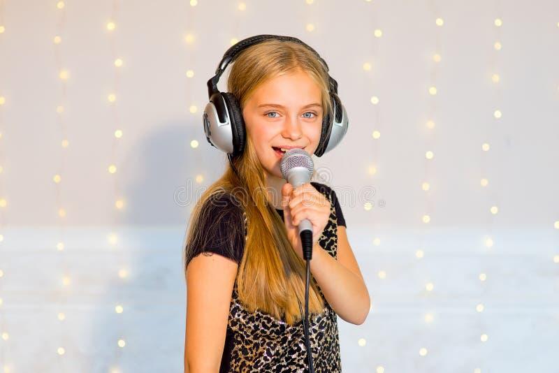 Τραγούδι κοριτσιών στο καραόκε στοκ εικόνες