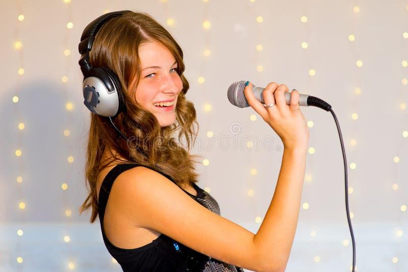 Τραγούδι κοριτσιών στο καραόκε στοκ φωτογραφίες με δικαίωμα ελεύθερης χρήσης