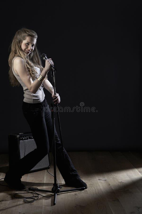 Τραγούδι κοριτσιών στο μικρόφωνο στη σκηνή στοκ φωτογραφία με δικαίωμα ελεύθερης χρήσης