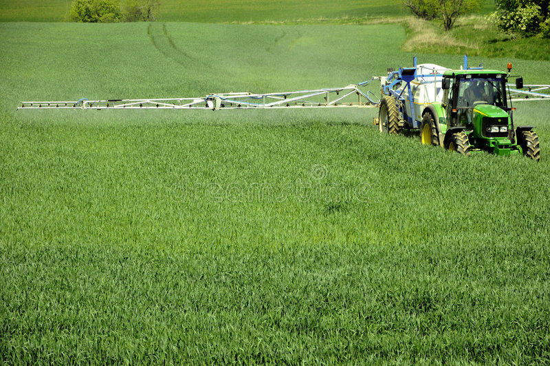 τρακτέρ αγροτικών πεδίων καλαμποκιού στοκ φωτογραφίες με δικαίωμα ελεύθερης χρήσης