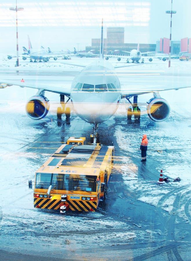 Τρακτέρ αεροσκαφών που ρυμουλκεί ένα αεροπλάνο στοκ φωτογραφία με δικαίωμα ελεύθερης χρήσης