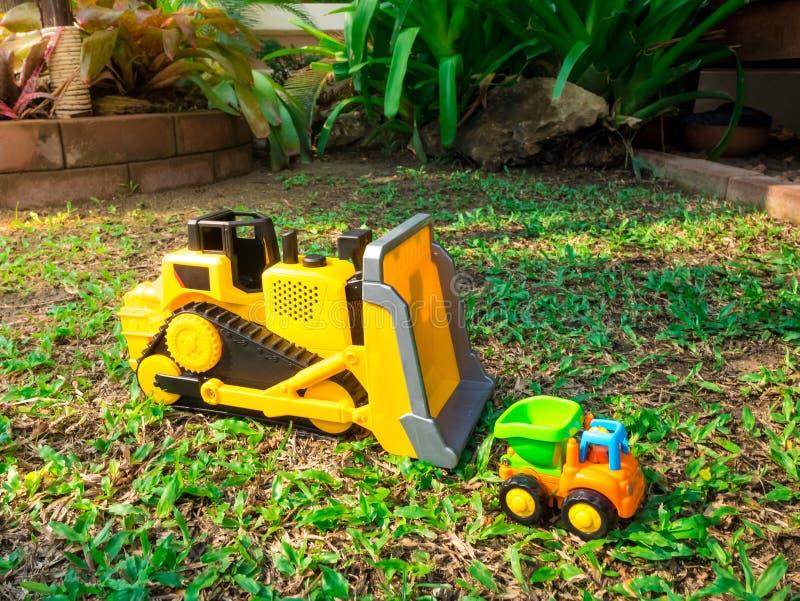 Τρακτέρ και φορτηγό παιχνιδιών μωρών παιδιών στην όμορφη δασική παιδική χαρά κήπων υπαίθρια στοκ φωτογραφίες με δικαίωμα ελεύθερης χρήσης