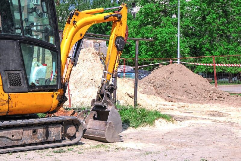 Τρακτέρ που σκάβει μια τάφρο Σπάσιμο σωλήνων Επισκευές έκτακτης ανάγκης στοκ εικόνες με δικαίωμα ελεύθερης χρήσης
