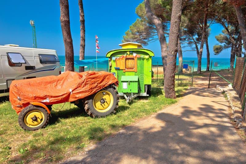 Τρακτέρ που στρατοπεδεύει στο μεσογειακό στρατόπεδο παραλιών στοκ εικόνα με δικαίωμα ελεύθερης χρήσης