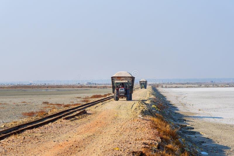 Τρακτέρ που φορτώνονται με το solt στο δρόμο από τη λίμνη Sambhar solt Rajasthan r στοκ φωτογραφίες
