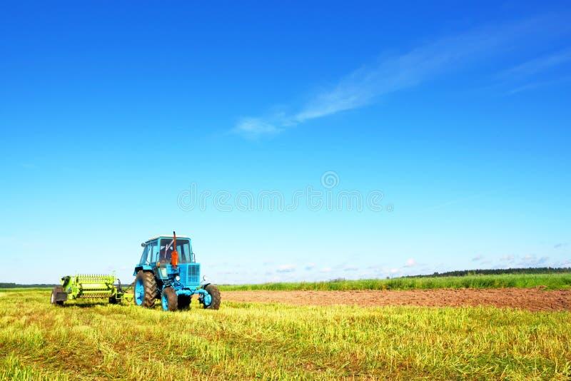 Τρακτέρ σε έναν τομέα αγροτών στοκ εικόνες