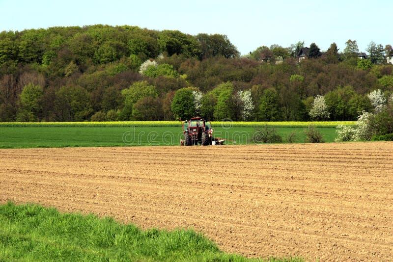 τρακτέρ της Γερμανίας καλλιεργήσιμου εδάφους στοκ εικόνα με δικαίωμα ελεύθερης χρήσης
