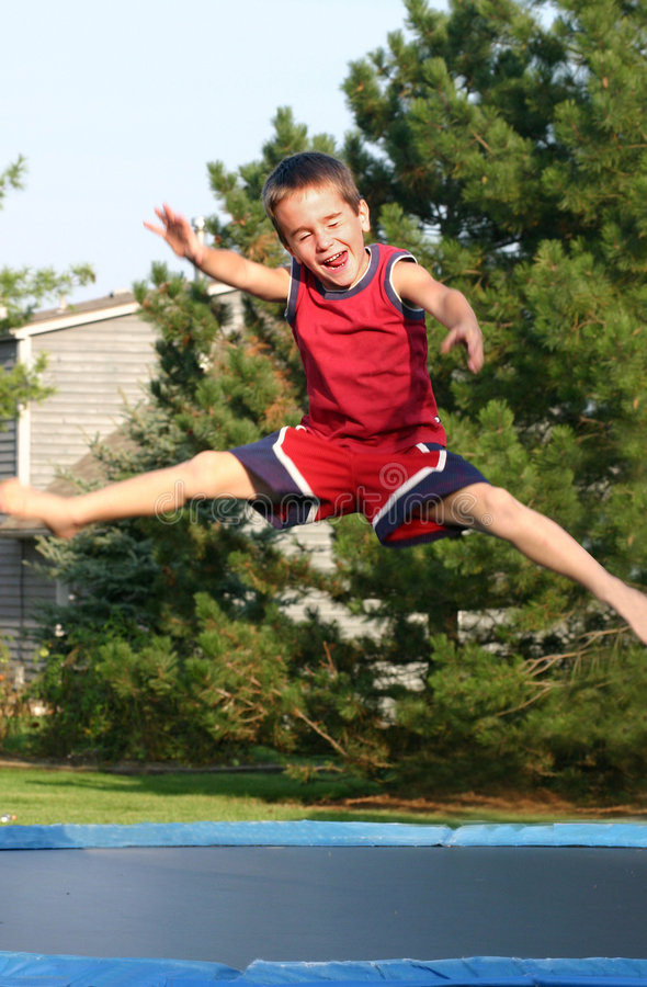τραμπολίνο άλματος αγοριών στοκ φωτογραφία με δικαίωμα ελεύθερης χρήσης