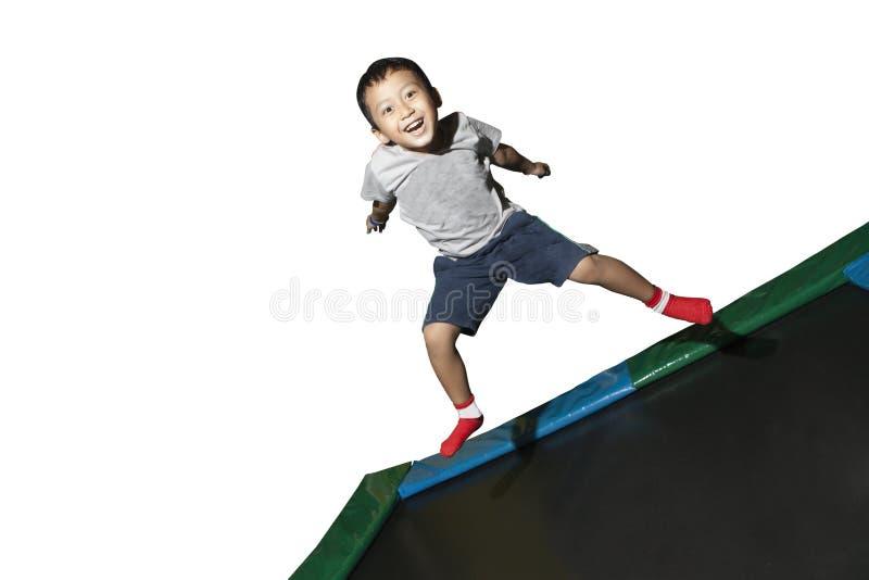 τραμπολίνο παιχνιδιού αγοριών στοκ εικόνες με δικαίωμα ελεύθερης χρήσης