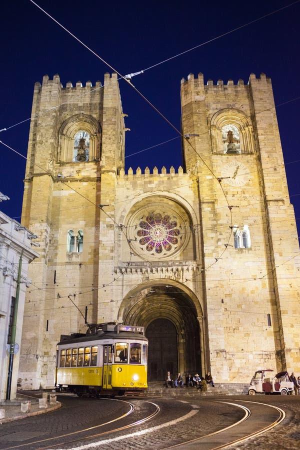 Τραμ με τον καθεδρικό ναό στη Λισσαβώνα Πορτογαλία στοκ εικόνες