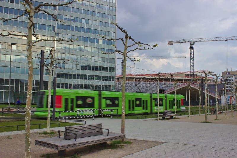 Τραμ μπροστά από το κτίριο γραφείων στοκ εικόνα