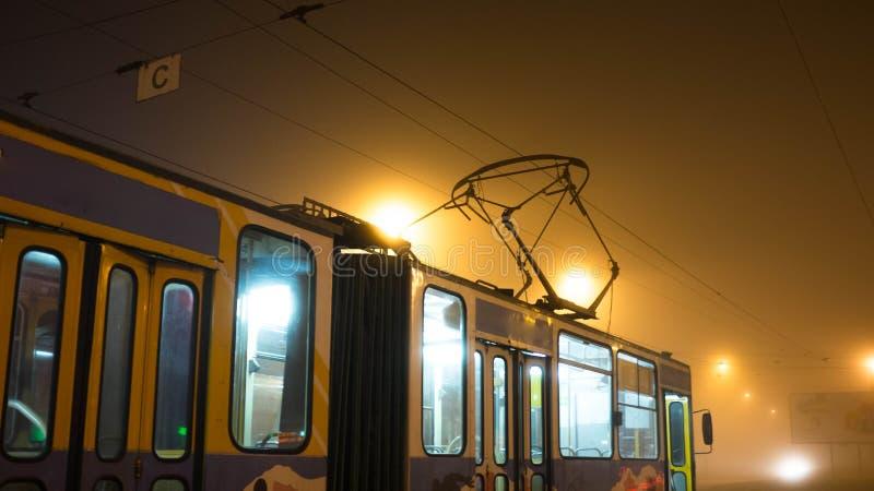 Τραμ στην ομίχλη στοκ φωτογραφία
