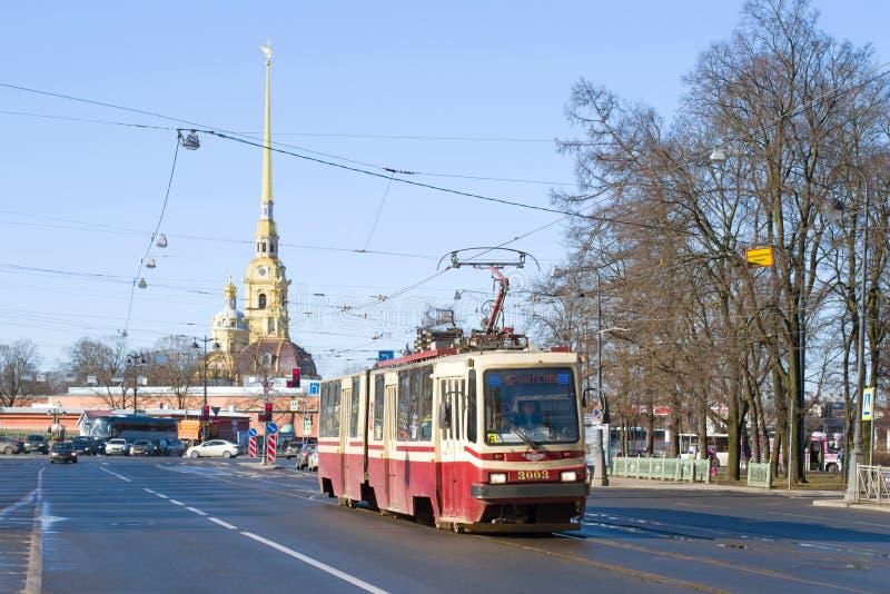 Τραμ 6 της διαδρομής ενάντια στο κώνο του Peter και της ημέρας καθεδρικών ναών του Paul τον Απρίλιο Πετρούπολη Άγιος στοκ φωτογραφίες