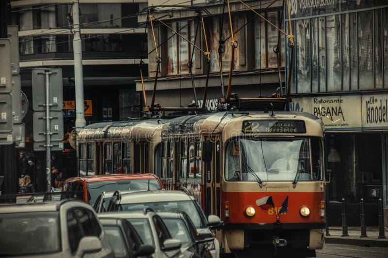 Τραμ της Πράγας στην οδό στοκ εικόνα