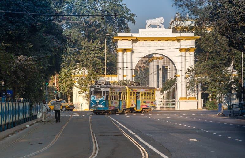 Τραμ Kolkata κληρονομιάς που περνά την μπροστινή είσοδο του ιστορικού και γοτθικού αρχιτεκτονικού σπιτιού κυβερνητών κοντά σε Dha στοκ εικόνα