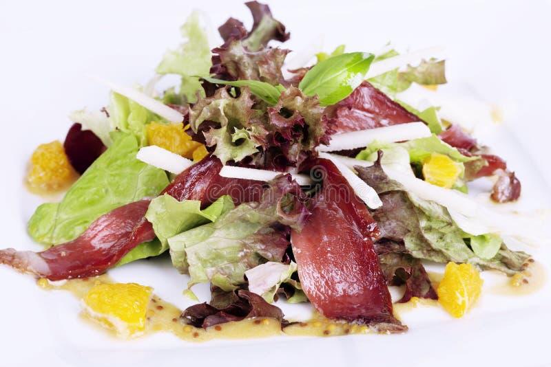 Τρανταγμένο βόειο κρέας, σαλάτα, μαρούλι, πορτοκάλι στο πιάτο στοκ φωτογραφία με δικαίωμα ελεύθερης χρήσης