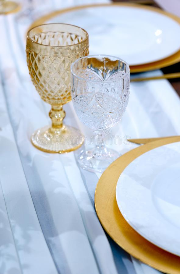 Τραπέζι με σερβίτσια Ζεύγος κρασιά και πλάκες σε λευκό φόντο Εξυπηρέτηση εστιατορίων Ρύθμιση πίνακα στοκ φωτογραφία