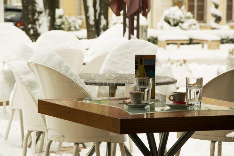 Τραπεζάκι σαλονιού φραγμών σοφιτών για δύο, άνετη έννοια τρόπου ζωής με το χειμερινό υπόβαθρο στοκ εικόνες