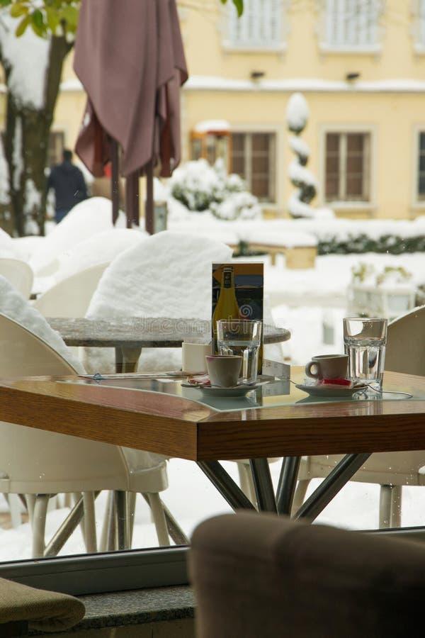 Τραπεζάκι σαλονιού φραγμών σοφιτών για δύο, άνετη έννοια τρόπου ζωής με το χειμερινό υπόβαθρο στοκ εικόνα με δικαίωμα ελεύθερης χρήσης