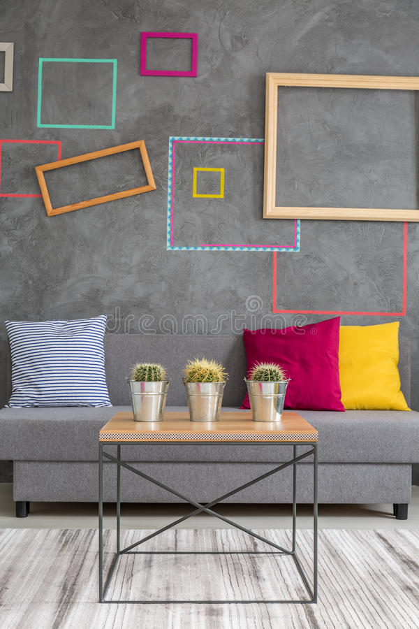 Τραπεζάκι σαλονιού και καναπές στοκ φωτογραφία με δικαίωμα ελεύθερης χρήσης