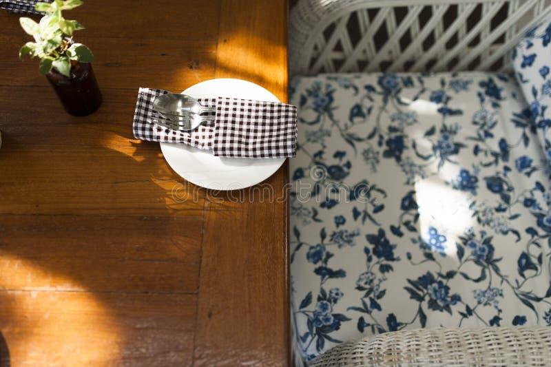 Τραπεζάκι σαλονιού και κουτάλι που τίθενται στην εκλεκτής ποιότητας γωνία ύφους στοκ εικόνες