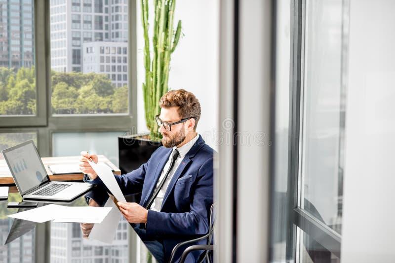Τραπεζίτης που εργάζεται στο γραφείο στοκ εικόνα με δικαίωμα ελεύθερης χρήσης