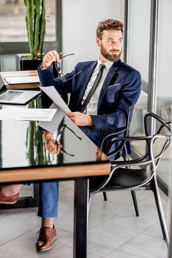 Τραπεζίτης που εργάζεται στο γραφείο στοκ φωτογραφίες με δικαίωμα ελεύθερης χρήσης
