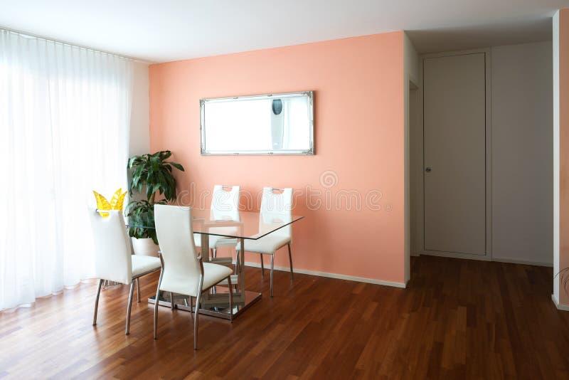 Τραπεζαρία με τις έδρες πινάκων και δέρματος γυαλιού στοκ φωτογραφία