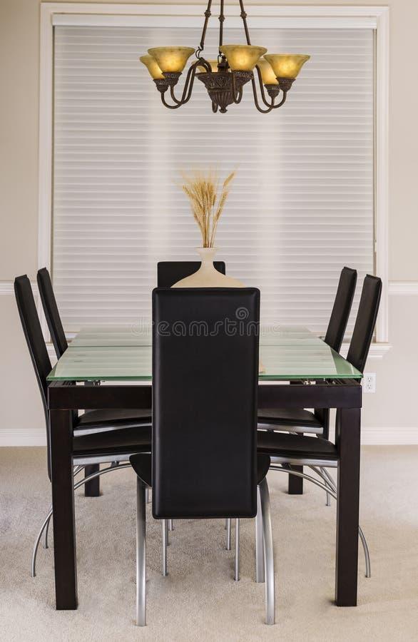 Τραπεζαρία με τις έδρες πινάκων και δέρματος γυαλιού στοκ φωτογραφίες με δικαίωμα ελεύθερης χρήσης