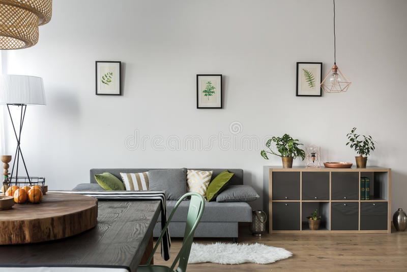 Τραπεζαρία με τον καναπέ στοκ φωτογραφίες