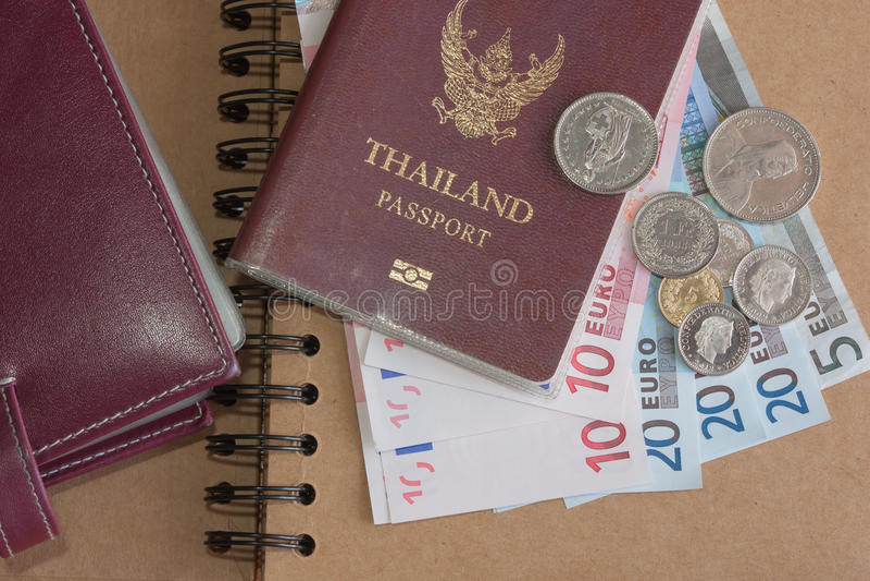 Τραπεζογραμμάτια, νομίσματα, βιβλιάριο και διαβατήριο χρημάτων ευρο- στοκ εικόνα με δικαίωμα ελεύθερης χρήσης