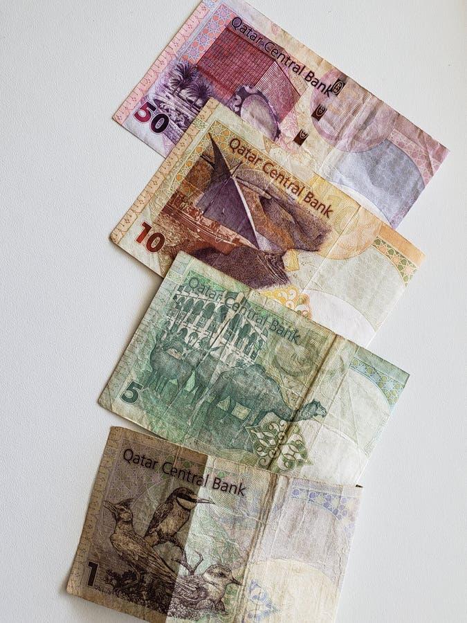 Τραπεζογραμμάτια του Κατάρ των διαφορετικών μετονομασιών και του άσπρου υποβάθρου στοκ εικόνες