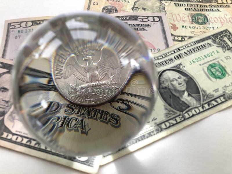 Τραπεζογραμμάτιο αμερικανικών δολαρίων, νόμισμα δολαρίων τετάρτων και σφαίρα γυαλιού στοκ φωτογραφίες με δικαίωμα ελεύθερης χρήσης