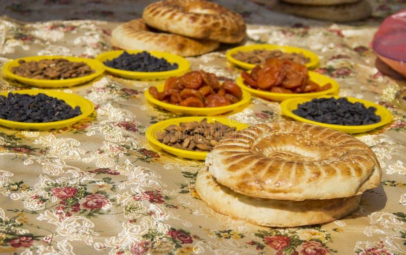 Τραπεζομάντιλο που καλύπτεται με τα ασιατικά γλυκά, καρύδια και lavash στοκ φωτογραφία με δικαίωμα ελεύθερης χρήσης