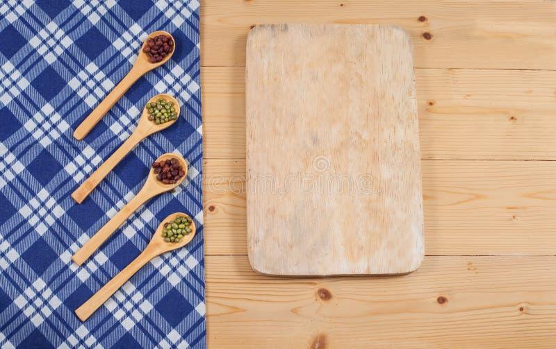 Τραπεζομάντιλο, ξύλινο κουτάλι, cutboard στο ξύλο στοκ εικόνα