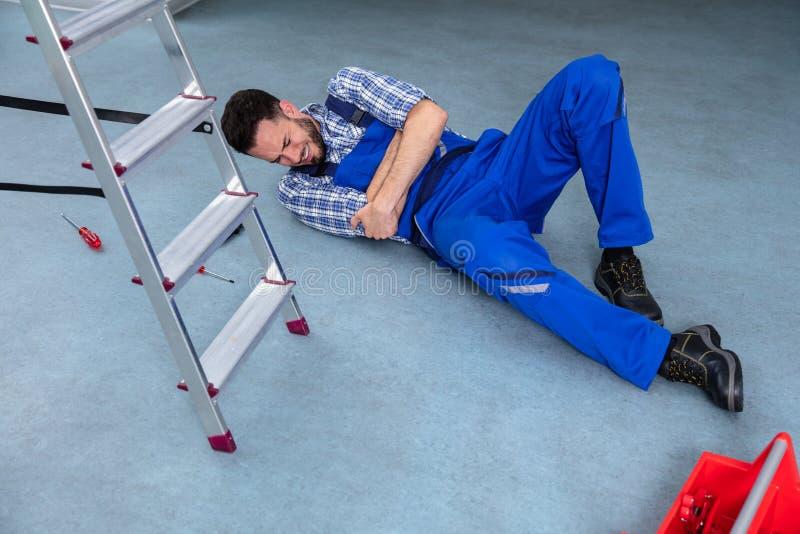 Τραυματισμένο Handyman που βρίσκεται στο πάτωμα στοκ εικόνες
