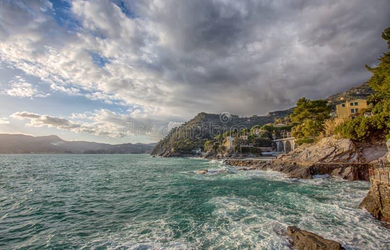 Τραχιά θάλασσα σε Zoagli, επαρχία της Γένοβας, από τη Λιγουρία ακτή, Ιταλία στοκ φωτογραφίες