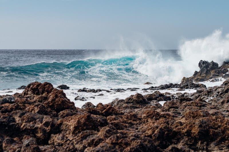 Τραχιά δύσκολη ακτή και θυελλώδες ωκεάνιο νερό στοκ εικόνες με δικαίωμα ελεύθερης χρήσης