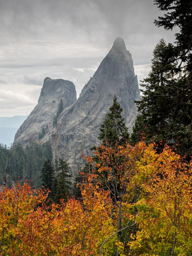 Τραχιοί στυλοβάτες βράχου επάνω από το φύλλωμα φθινοπώρου στοκ εικόνα με δικαίωμα ελεύθερης χρήσης