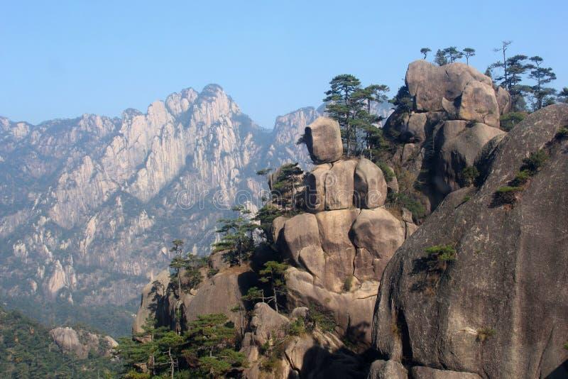 Τραχύ πανόραμα στα κίτρινα βουνά, Huang Shan, Κίνα στοκ εικόνα με δικαίωμα ελεύθερης χρήσης