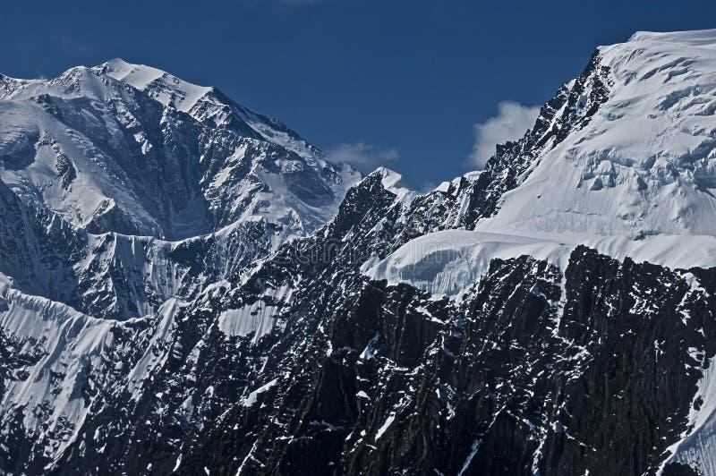 τραχύ χιόνι βουνών στοκ φωτογραφίες με δικαίωμα ελεύθερης χρήσης