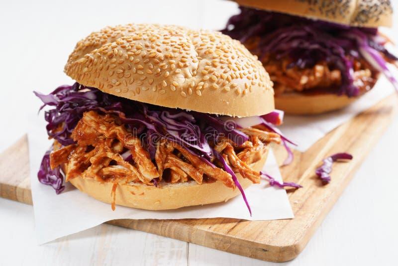 Τργμένο σχάρα σάντουιτς κοτόπουλου στοκ εικόνα με δικαίωμα ελεύθερης χρήσης