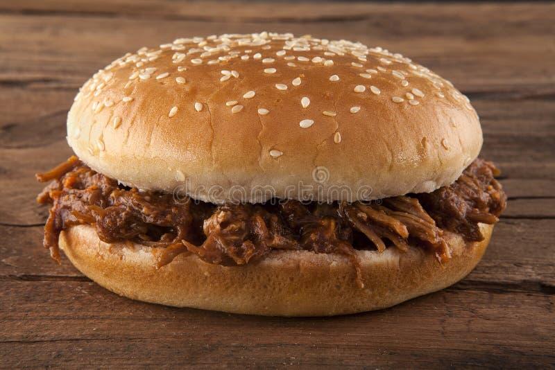 Τργμένο χοιρινό κρέας σε ένα κουλούρι στοκ φωτογραφία