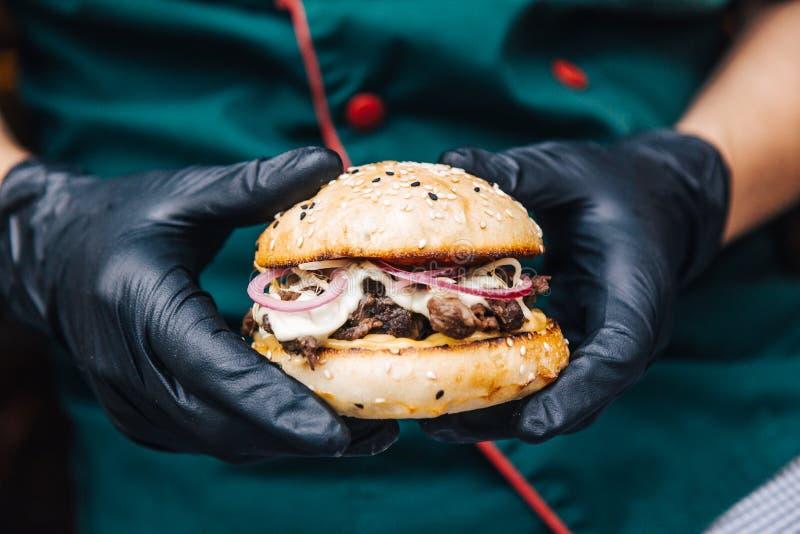 Τργμένο burger βόειου κρέατος από τον αρχιμάγειρα στοκ εικόνες με δικαίωμα ελεύθερης χρήσης