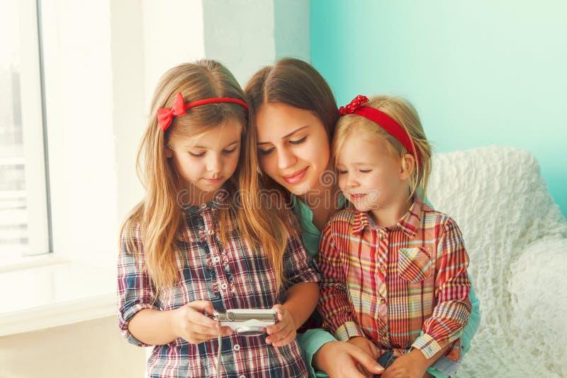 Τρεις αδελφές που εξετάζουν τη κάμερα στοκ εικόνα με δικαίωμα ελεύθερης χρήσης