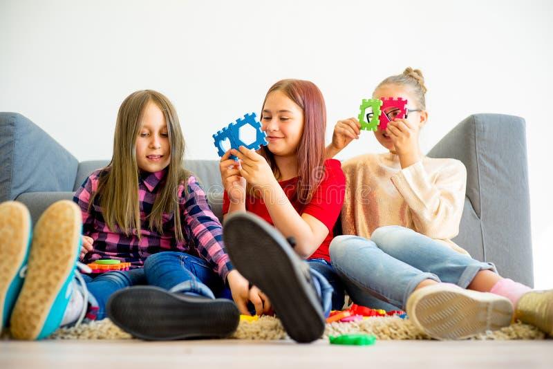 Τρεις αδελφές που παίζουν από κοινού στοκ φωτογραφίες