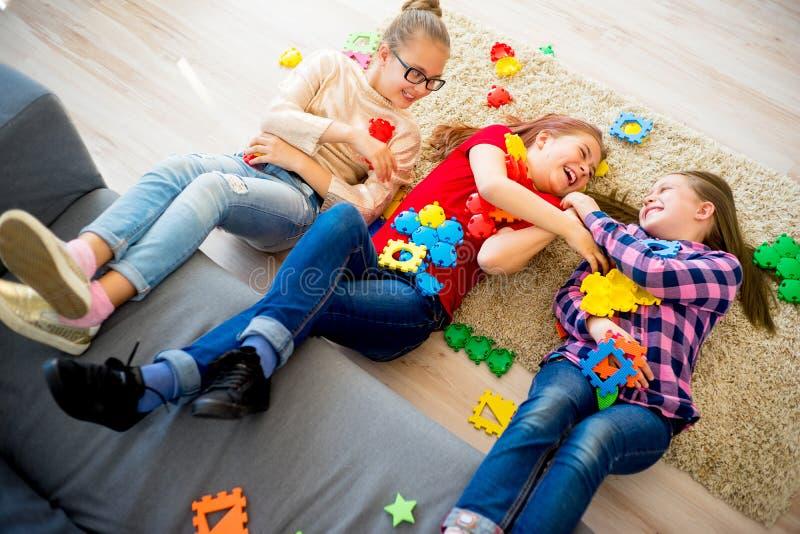 Τρεις αδελφές που παίζουν από κοινού στοκ φωτογραφία