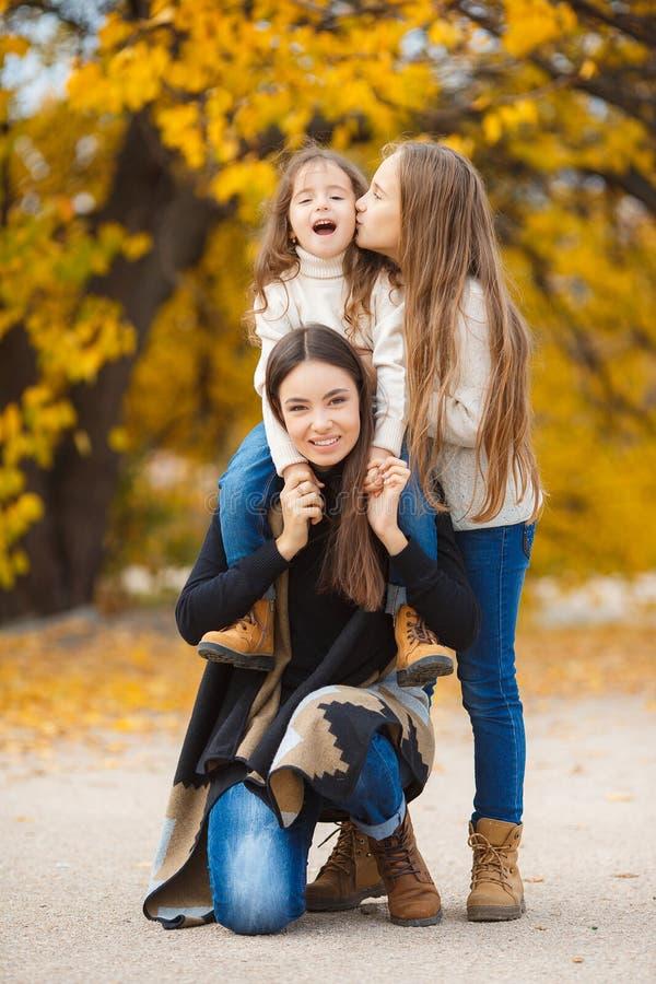 Τρεις αδελφές στον περίπατο στο πάρκο φθινοπώρου στοκ φωτογραφία με δικαίωμα ελεύθερης χρήσης